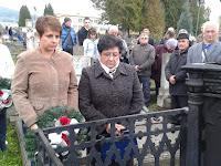 05-Tóth Lucia és Füzék Erzsébet koszorúznak.jpg