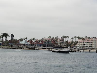 Liten by med fergekai sett fra sjøen.
