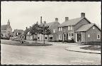 Holwierde. Dorpsgezicht gebouw rechts die tegen huis staat is de Boerenleenbank. Gelopen gestempeld in 1962.