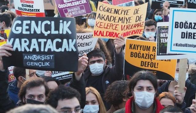 Τουρκία: Οι φοιτητές του Boğaziçi University βγάζουν γλώσσα στον Ερντογάν και θυμίζουν Γκεζί