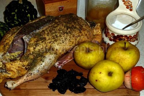 Kaczka pieczona z jabłkami i suszoną śliwką wykwintne swiateczne srednie pieczone obiad kurczak i drob europejska danie glowne  przepis foto