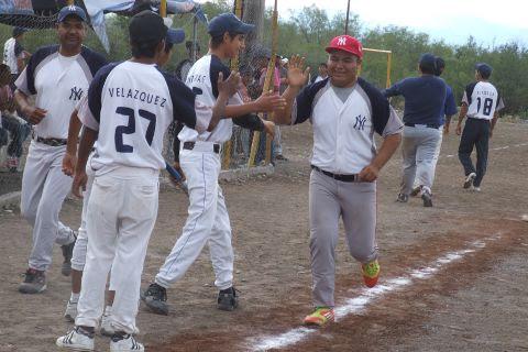 Edgar Castañeda de Yankees, felicitado en el softbol del Club Sertoma