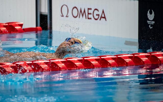 Gabriel Araújo fazendo o nado costas se preparando para a chegada da sua prova