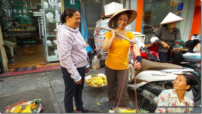 Hanoi. Flashes callejeros. Yo de vendedora vietnamita  de frutas