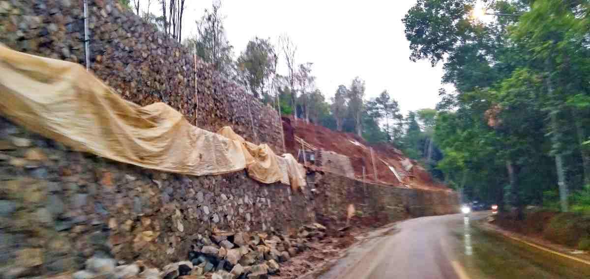 Pengendara harus hati-hati. Jalan dekat situ Wanayasa licin, lumpur meluap ke jalan raya