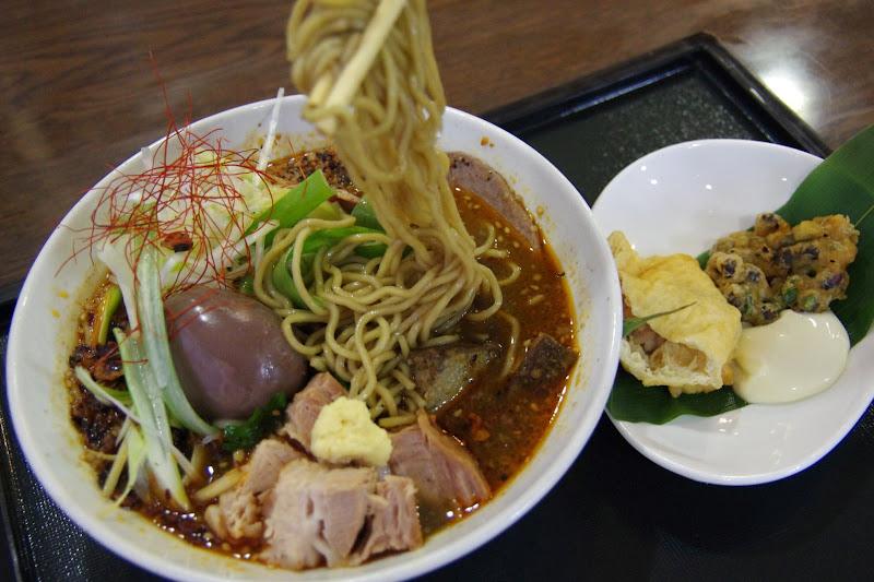 麺に染み込む黒千石スープ