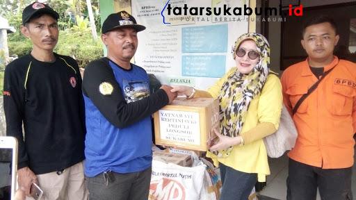 Komunitas Yatnawati Kertini (YK)memberikan sumbangan banjir. dan Longsor Cibadak // Foto : Isep Panji
