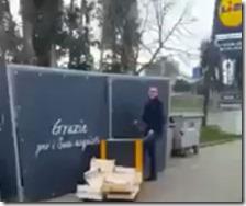 Rom chiuse in una gabbia metallica della Lidl