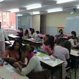 2015-10-19 Els alumnes d'EDI preparant la campanya contra el Càncer de Mama