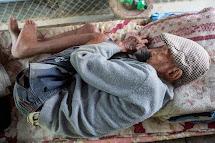 Stoletý Sher Bahadur Gurung přišel při zemětřesení o dům. Synové mu nyní pomáhají budovat nový. (Foto: Jana Ašenbrennerová pro ČvT)