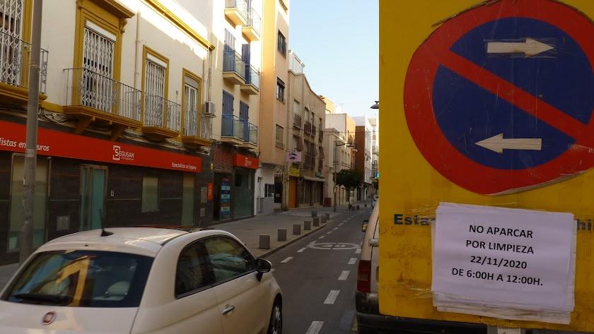 Señalización para la limpieza en la calle Murcia.