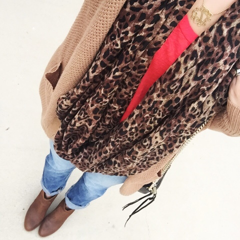 how to wear boyfriend jeans, leopard scarf, mom style