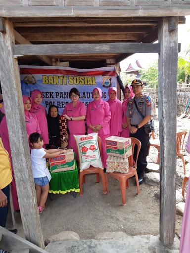Peduli Sesama, Ketua Bhayangkari Sidrap Beri Sembako ke Warga Miskin