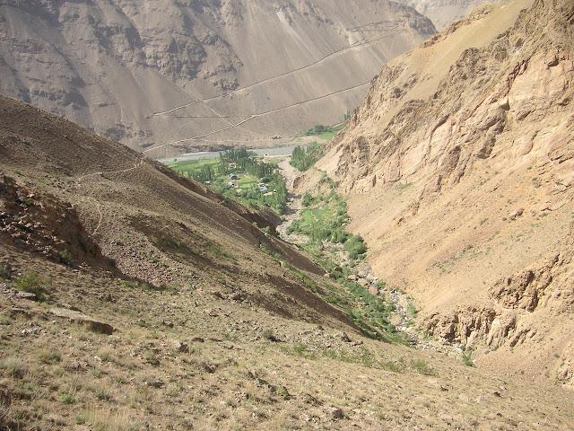 Vue sur les zones cultivées au dessus du village de Sist où Satyrium deria mâle a été observé parmi des Iolana gigantea. 2390 m, 5 juillet 2008. Photo : J.-F. Charmeux