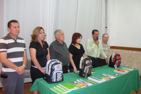 Autoridades municipales en el evento de entrega de paquetes escolares