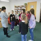 Starší žáci školní družiny v městské knihovně FOTKY
