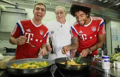 Dàn sao Bayern Munich ngộ nghĩnh vào bếp