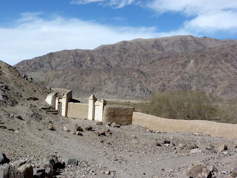 XINJIANG. Karakoram Highway, lune des plus haute route au monde, en passant a 4400 m - P1280582.JPG
