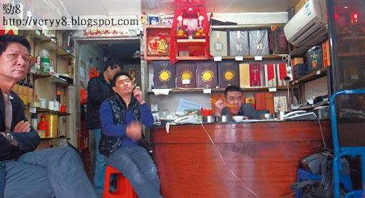 深圳到處可見販賣茶葉、煙酒的商店,其實是地下錢莊的門面,由潮州幫壟斷,一班潮州人長期在店內打躉,等候大戶帶同現金上門。