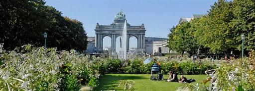 Bruselas Valonia: familia sobre el césped de un jardín en Bruselas