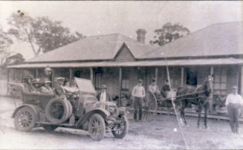 Travellers-outside-the-Wandanian-Hotel ulladulla historical society