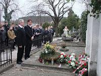 40Paulisz Boldizsár és Ladányi Lajos koszorúz a nyitrai temetőben.JPG