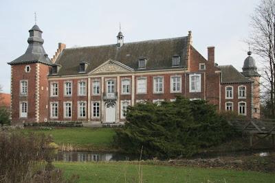 Kasteel Mariagaarde (Borgloon). In de 17de en de 18de eeuw werd het kasteel verbouwd tot een residentieel kasteel in Maaslandse stijl. Van het originele slot werden enkel het poortgebouw en de hoektoren bewaard.