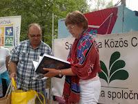 Pogány Erzsébet Zemplén vármegye könyvét kapja ajándékba Szegedy Lászlótól.jpg