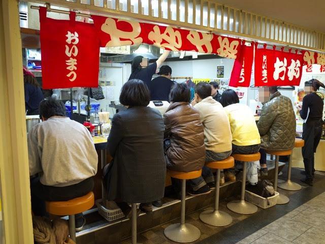 赤いノレンのかかった、お好み焼き老松の外観@広島駅アッセ