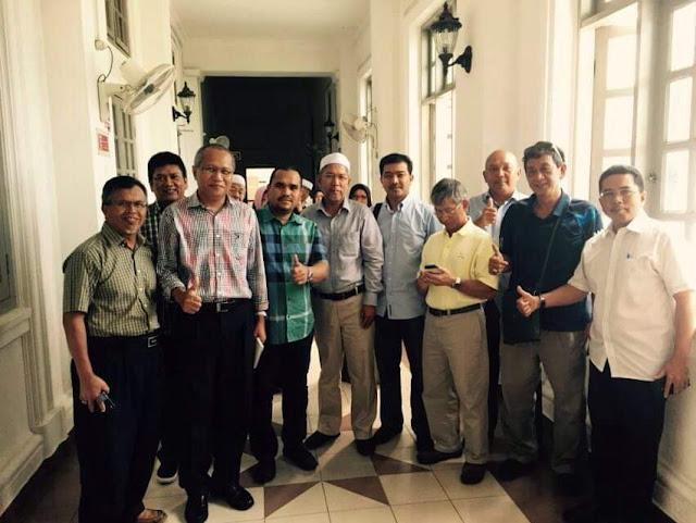 Lelaki yang berkopiah itu ex boss saya semasa di JKR Putrajaya