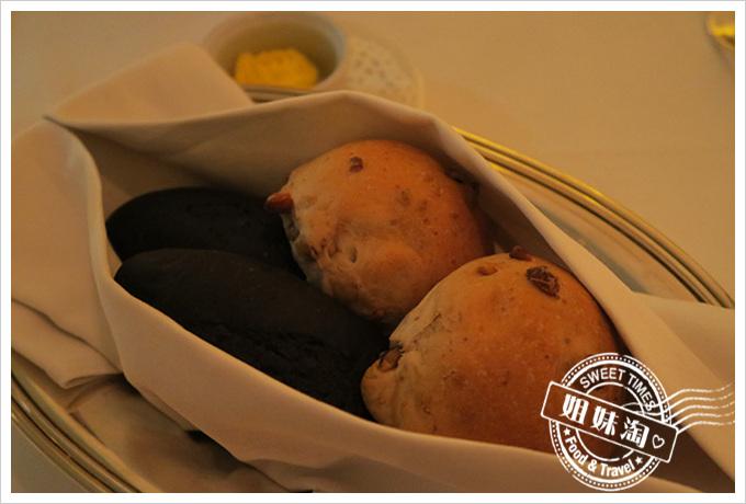 高雄漢來大飯店(The Grand Hi Lai Hotel) 龍蝦酒殿墨魚麵包跟裸麥麵包