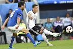 Az olasz Marco Parolo (b) és a német Mesut Özil a franciaországi labdarúgó Európa-bajnokság negyeddöntőjének Németország - Olaszország mérkőzésén, Bordeaux , 2016. július 2-án. (MTI Fotó: Illyés Tibor)