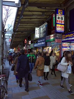 金券ショップなどが並ぶ、思い出横丁の小田急ハルク側の通り