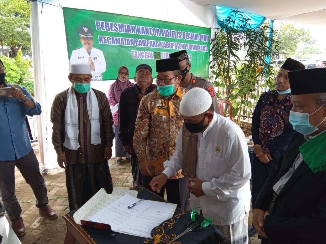 Ade Sumarna, SH. Msi Menyerahkan Kunci Gedung MUI Kecamatan yang Baru