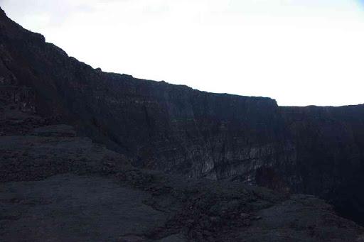 Les parois du cratère Dolomieu effondré, vues du cratère Bory.