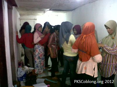 peserta sekolah ibu antusias mempraktikkan materi