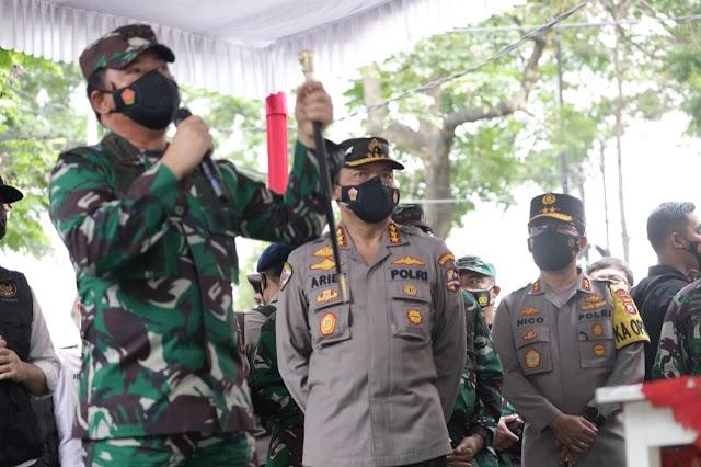 *Cek Penggunaan Aplikasi Tracer Silacak, Panglima TNI dan Kabaharkam didampingi Forkopimda Jawa Timur*