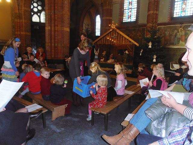 Kindje wiegen St. Agathakerk 2013 - PC251119.JPG