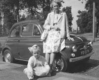 Groeneweg-Kooij, Geertrui en Groeneweg, Marianne 1960.jpg