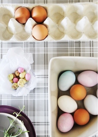 Har du funderat på påsk ännu? Färga ägg är ju ett måste!