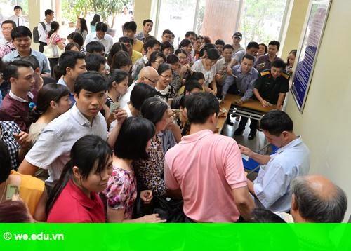 Hình 2: Hàng trăm phụ huynh xếp hàng mua hồ sơ tuyển sinh vào lớp 6