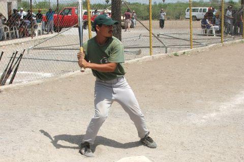Jesús Ábrego de Águilas en el softbol del Club Sertoma.