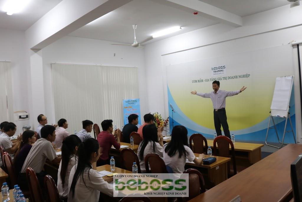 Anh Nguyễn Ngọc Tuấn trực tiếp đứng lớp để chia sẻ kinh nghiệm khởi nghiệp với người trẻ. - BeBoss Training