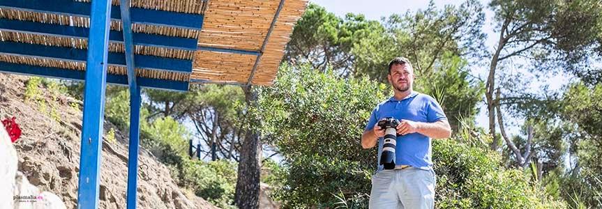 Fotografo de boda buscando lugares para realizar un reportaje preboda en Costa Brava.