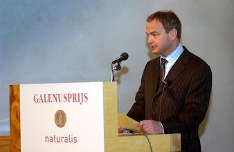 Photo: Toespraak drs. Hans Hoogervorst nav Galenus Geneesmiddelenprijs 2004 in Naturalis te Leiden foto © Bart Versteeg