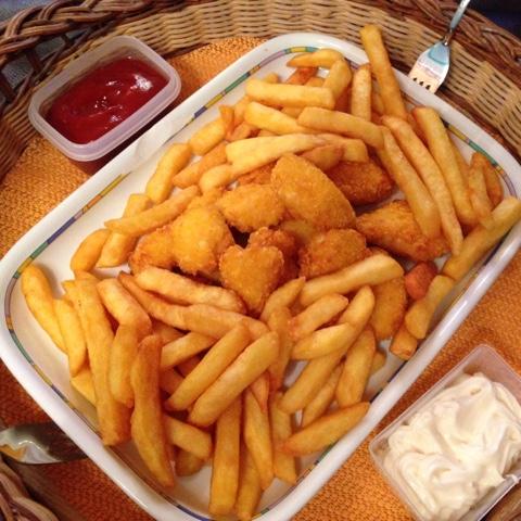 Ein Tablett mit Pommes und Nuggets