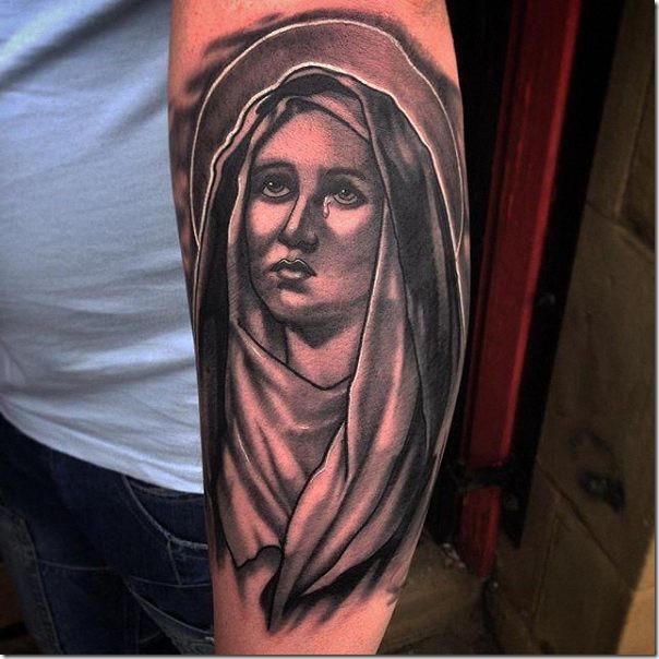 tatuaje_de_la_virgen_mara_en_tonos_de_gris_1