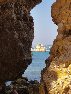 Et glimt av en klippe sett gjennom en grotte.