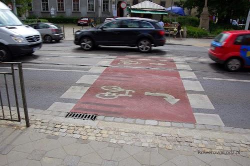 Śluza dla rowerów, od razu pokazująca gdzie się ustawić w zależności od planowanego kierunku jazdy.