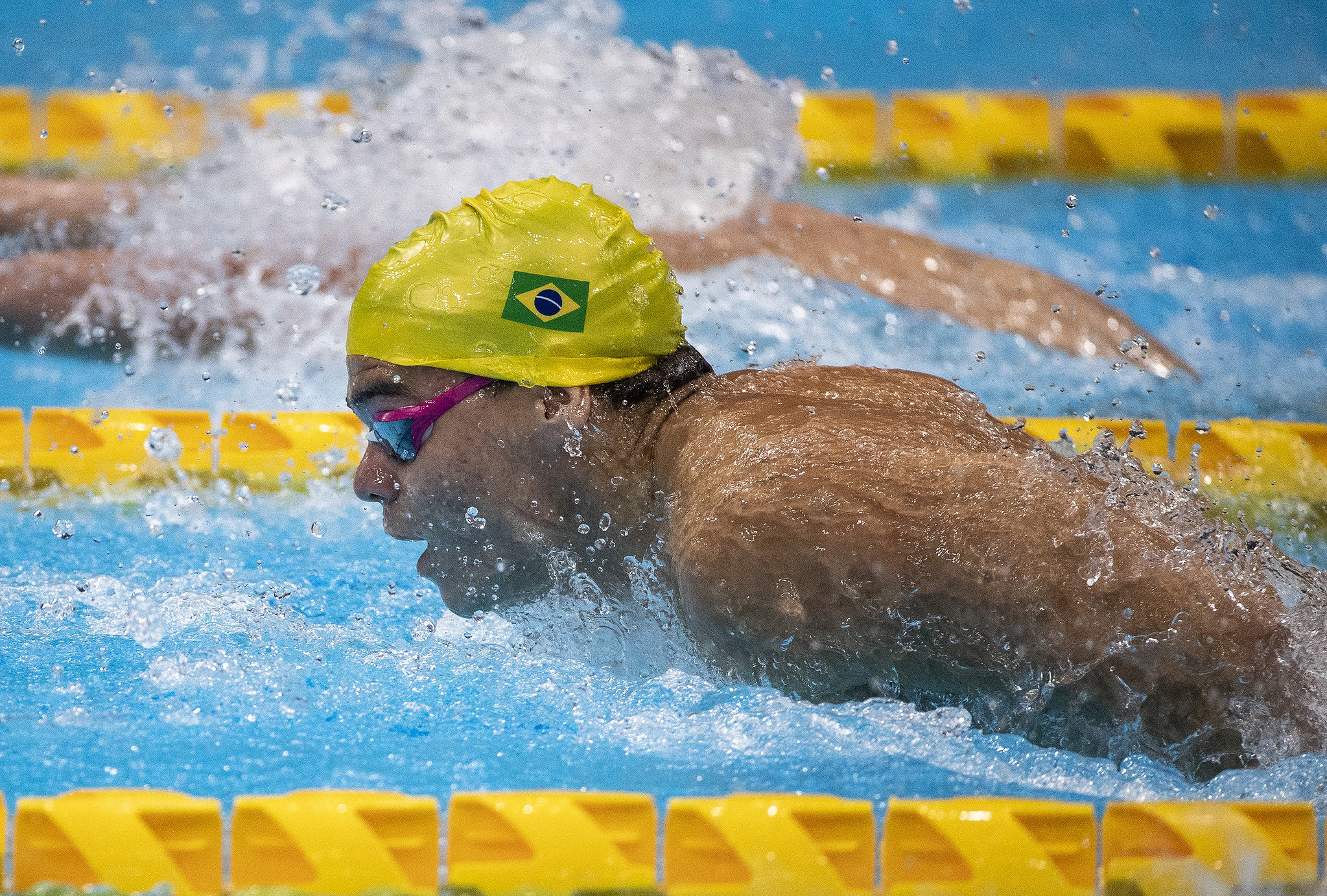 Gabriel Bandeira de touca amarela, fazendo o nado borboleta